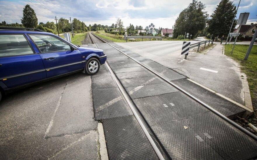 Paprasta, bet vairuotojai klysta: kaip iš tiesų turėtumėte kirsti geležinkelio pervažą
