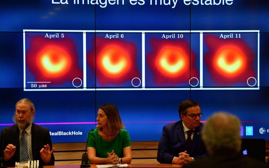 """Havajų profesorius nuotraukoje matomą juodąją skylę pavadino """"Powehi"""""""