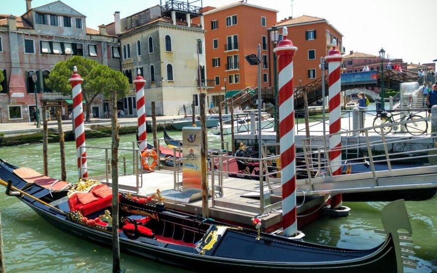 Venecijoje siuntos gali būti plukdomos ir baržomis (asociatyvi nuotr.)