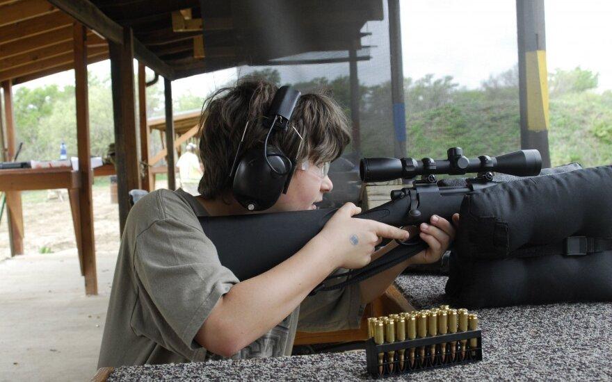 Mokinys su ginklu