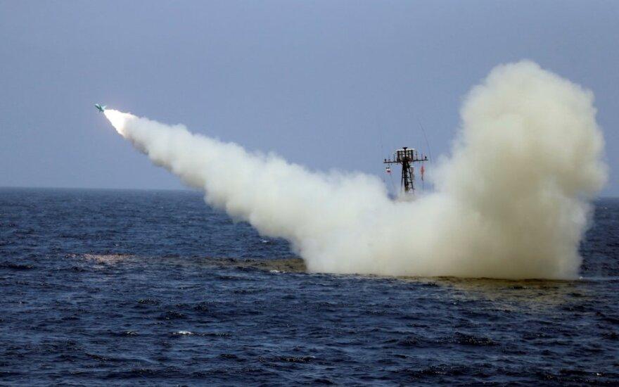 Iranas paleido raketą į savo pasistatytą lėktuvnešio maketą