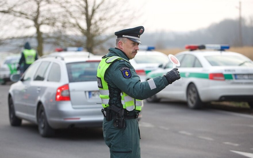 100 eurų ir daugiau didėja policininkų atlyginimai