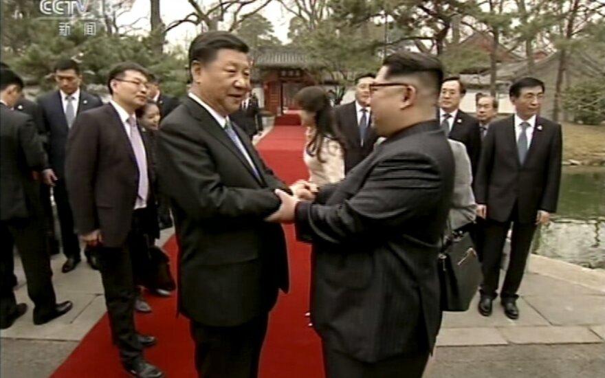 Spauda: Šiaurės Korėjos lyderis prašo Kinijos prezidento padėti panaikinti sankcijas