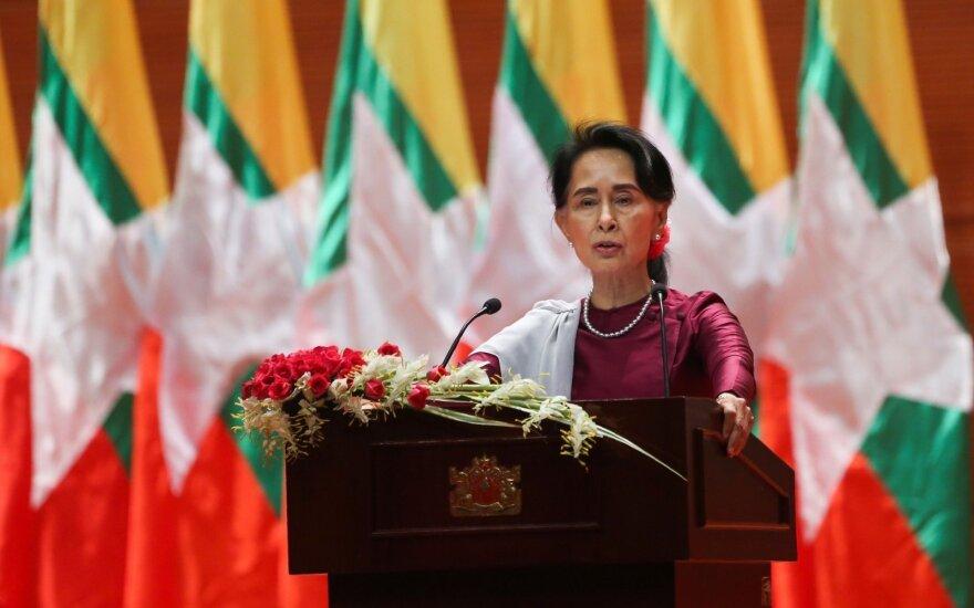 """""""Amnesty International"""" atėmė iš Aung San Suu Kyi aukščiausią savo apdovanojimą"""