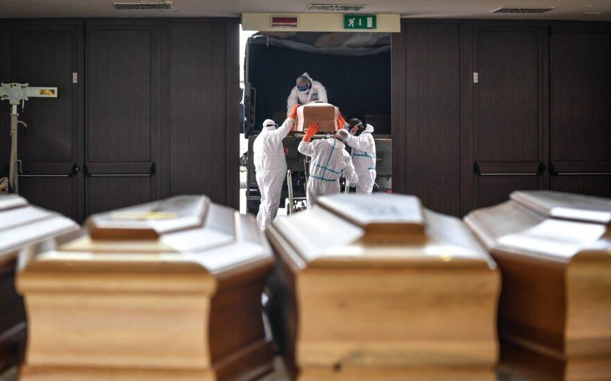 Italijoje ir Ispanijoje – rekordiškai daug mirčių, Trumpas pasitelkė karo atvejais numatomus įgaliojimus