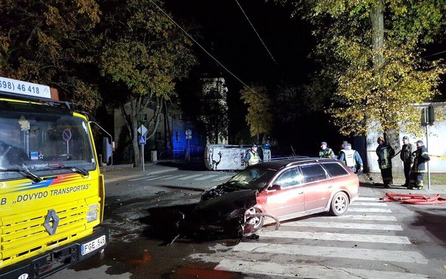 """Širvintose """"Audi"""" taranavo policijos automobilį ir jį apvertė, sužaloti pareigūnai"""