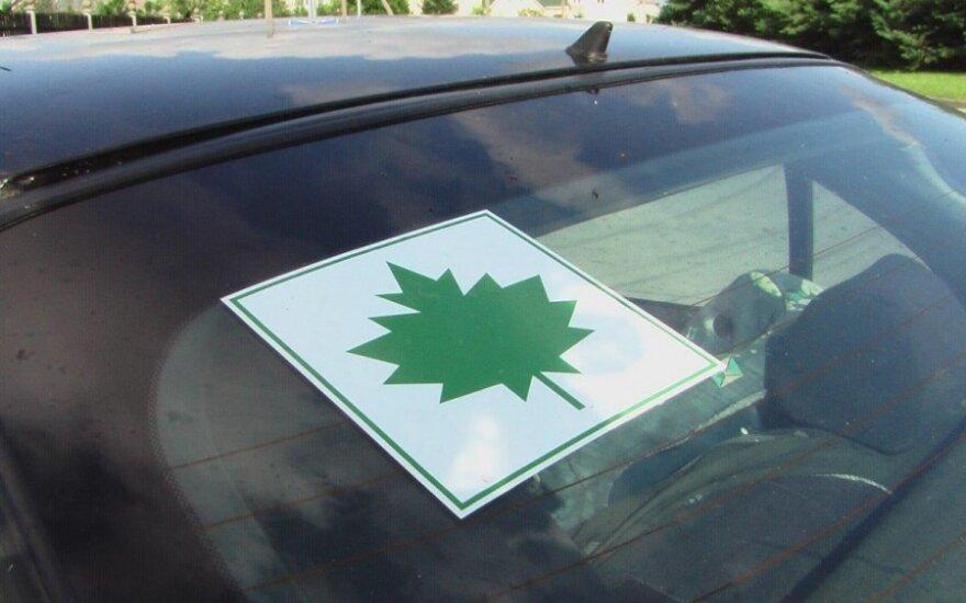 """Siūlo naują automobilių žymėjimą: keliuose atsirastų ne tik žali """"klevo lapai"""""""