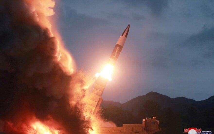 KCNA: Šiaurės Korėja vėl išbandė itin didelę raketų leidimo sistemą