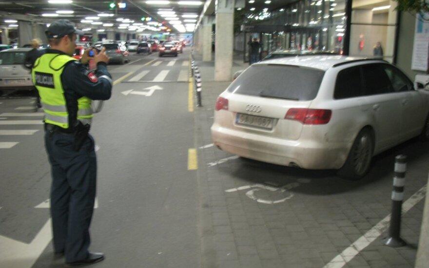 Policija fotografuoja KET pažeidėją