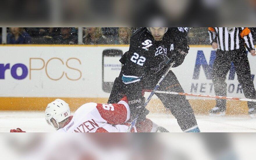 """Danas Boyle'as (""""Sharks"""") ir Johanas Franzenas (""""Red Wings"""")"""