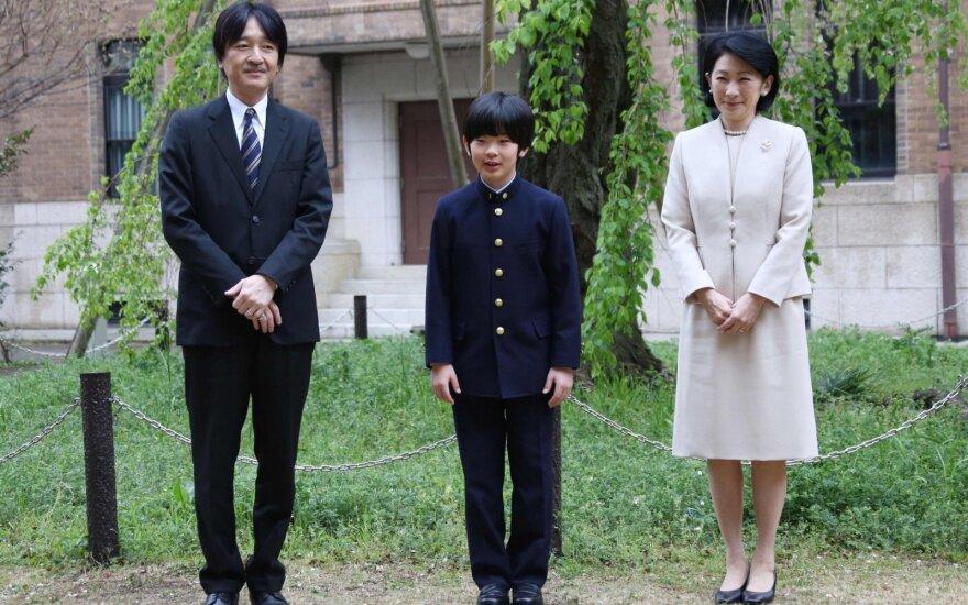 Japonijos princo mokyklos suole rasti du peiliai