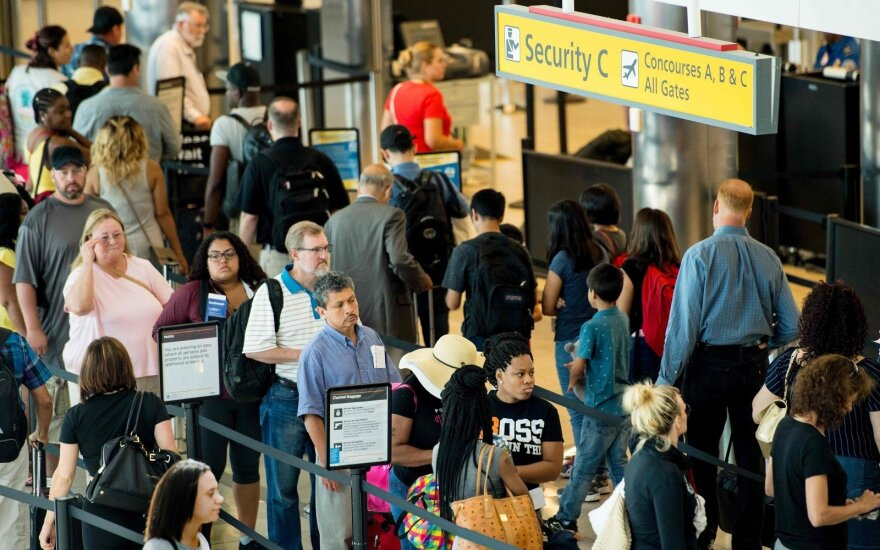 Įspėja keliaujančius Europoje: kai kuriuose oro uostuose eilėse tenka laukti keturias valandas