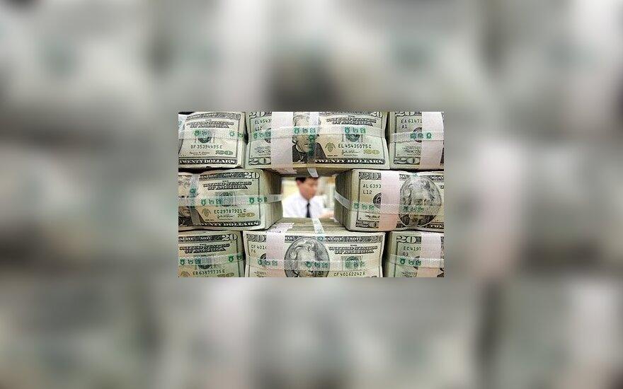 JAV dolerio kursas tebesilaiko arti žemiausių per 10 mėnesių lygio