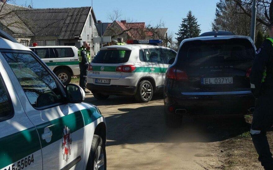 """Nuo Alytaus policininkų sprukęs lenkų """"Porsche"""" trenkėsi į stulpą"""