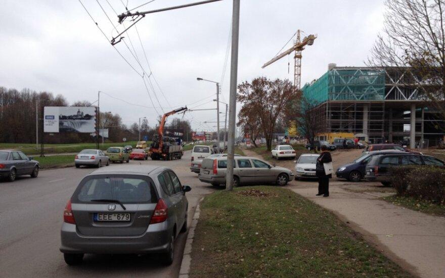 Kaune autokranas nutraukė troleibusų laidus