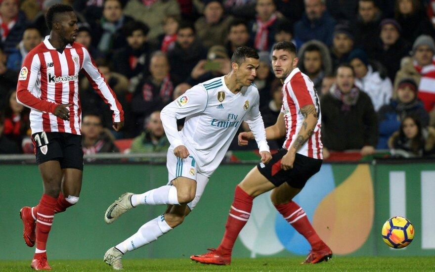 """Cristiano Ronaldo ir Bilbao """"Atletic"""" žaidėjai Inaki Williams ir Unai Nunez"""