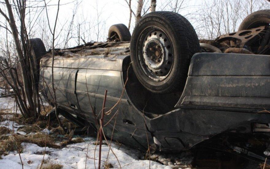 Prie Salininkų apsivertė automobilis