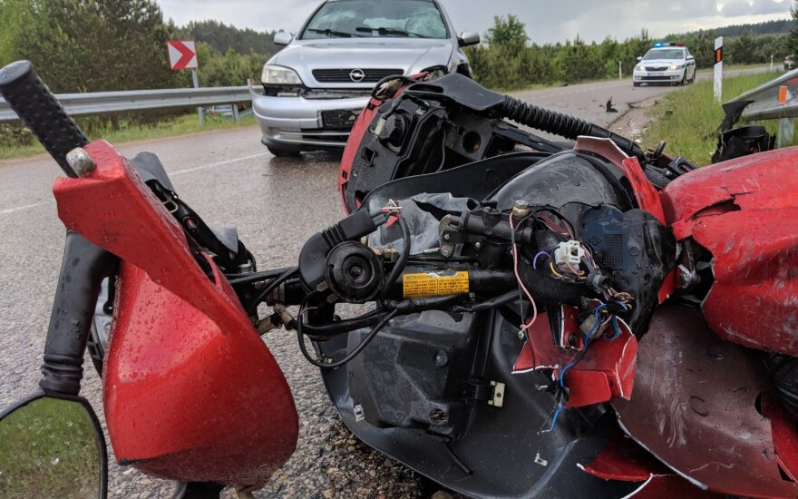 Greta sostinės automobilis susidūrė su motoroleriu, pastarojo vairuotojas žuvo