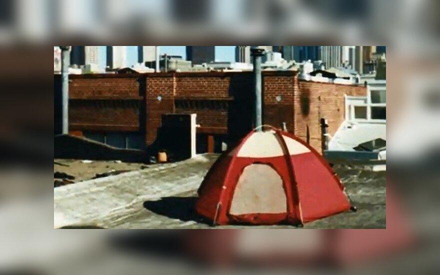 Stovyklavimas gamtoje - ant namų stogų