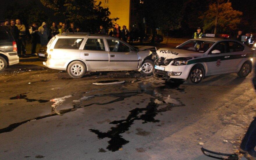 """Girtas """"Opel"""" vairuotojas kaktomuša rėžėsi į policijos automobilį"""