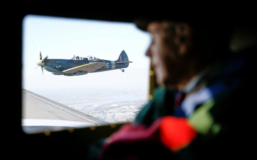"""Žemės rutulį apskridęs vintažinis naikintuvas """"Spitfire"""" sugrįžo į Britaniją"""