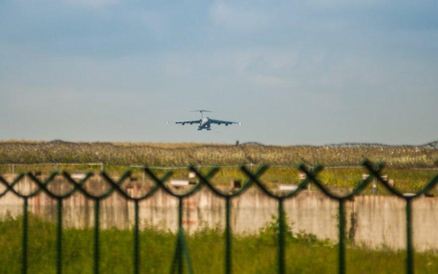Smalsius lietuvaičius sudomino į šalį atvykusi karinė technika