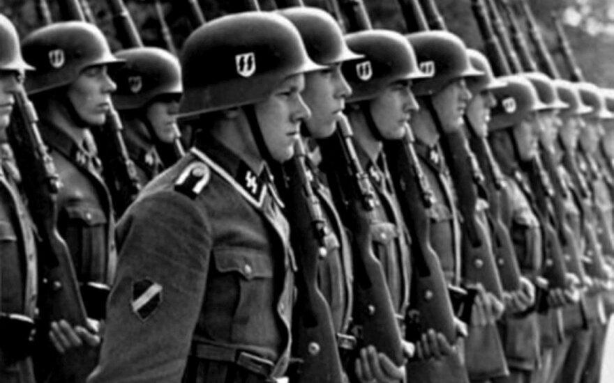 1943 m. sukurto Latvių legiono kariai. Ant dešinės rankovės – tautinės vėliavos spalvų ženklelis.