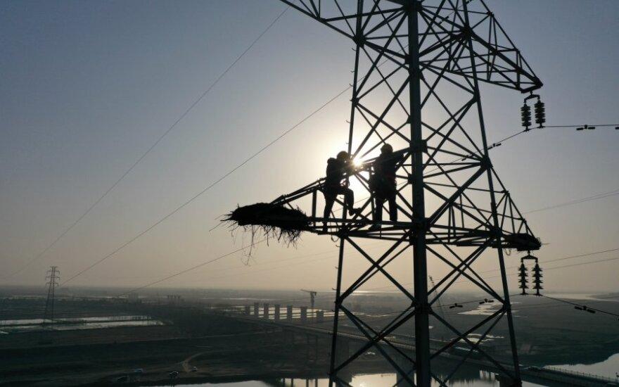 Kinijoje ant elektros stulpo mankštinęsis vyras paliko tūkstančius namų be elektros