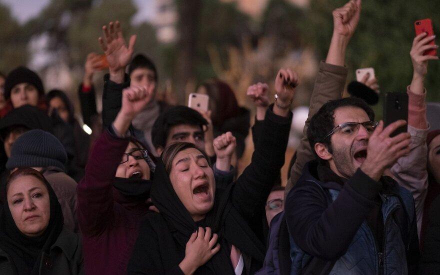 """Dėl numušto lėktuvo įpykę iraniečiai išėjo į gatves, Trumpas perspėja nevykdyti """"žudynių"""""""