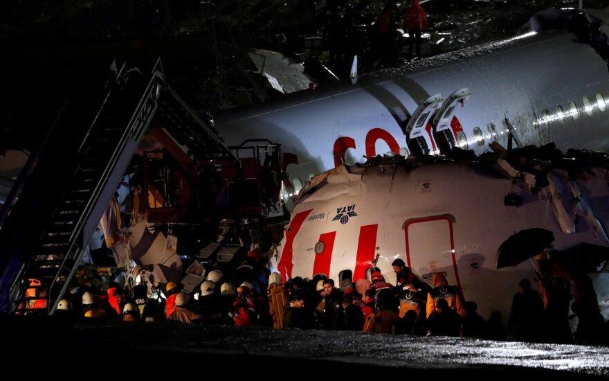 Stambule nusileidęs lėktuvas sulūžo ir užsidegė