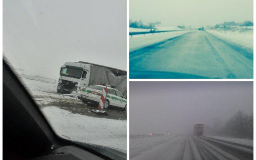 Žiemiški orai sunkina eismo sąlygas: kelyje stringa sunkvežimiai