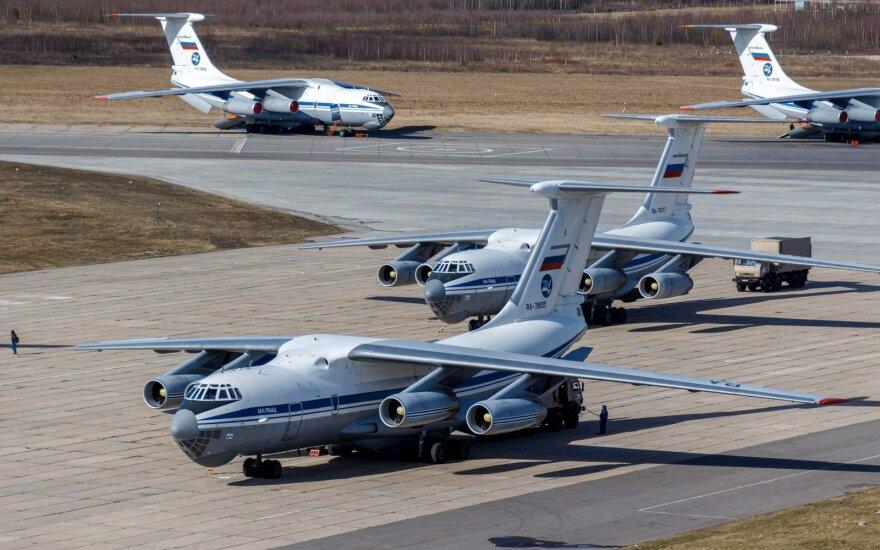 Rusija į koronaviruso apimtą Italiją pasiuntė karinius orlaivius su demonstratyviais lipdukais