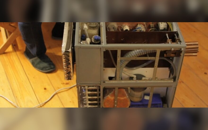 Degindamas vandenį, tiksliau jo sudedamasias dalis, įrenginys gali greitai sušildyti patalpą