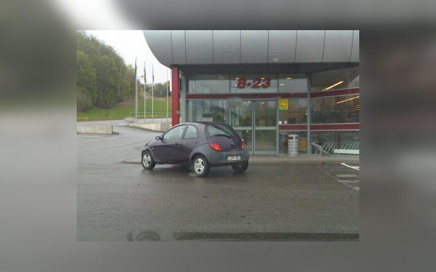 """Kaune, Jonavos g., prie PC """"Šilas"""".  2010-05-03, 14.29 val."""