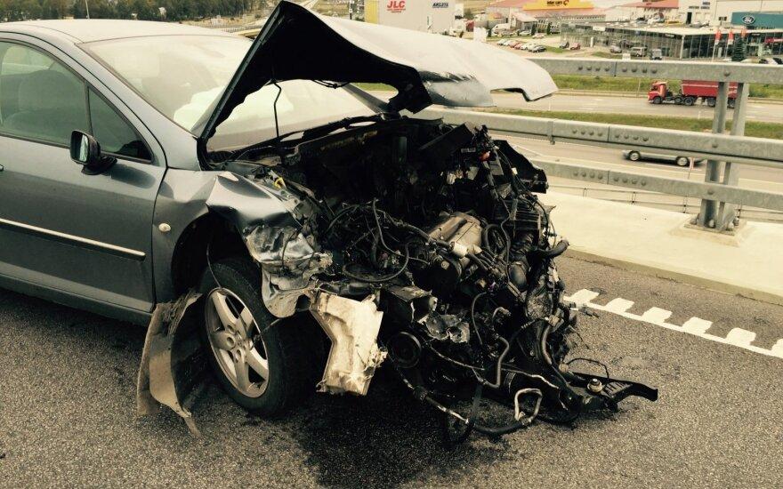 Aukščiausioje Jakų žiedo estakados vietoje po avarijos paliktas automobilis
