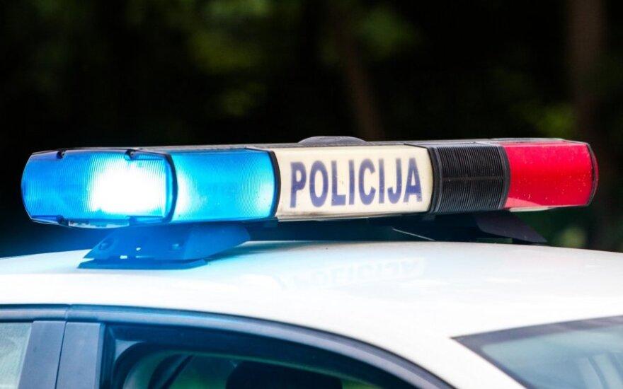 Skaudi avarija Vilniuje: partrenktas pėsčiasis nuo stipraus smūgio pakilo į orą ir krisdamas apgadino dar du automobilius
