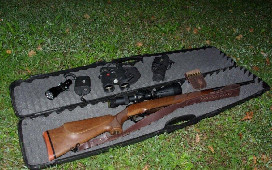 Aplinkosaugininkų konfiskuoti Utenos brakonieriaus ginklai