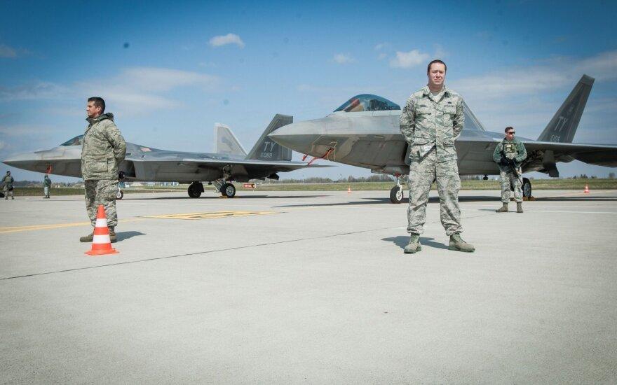 Modernizuotą Aviacijos bazę Šiauliuose apžiūrės KAM viceministras ir JAV ambasadorius