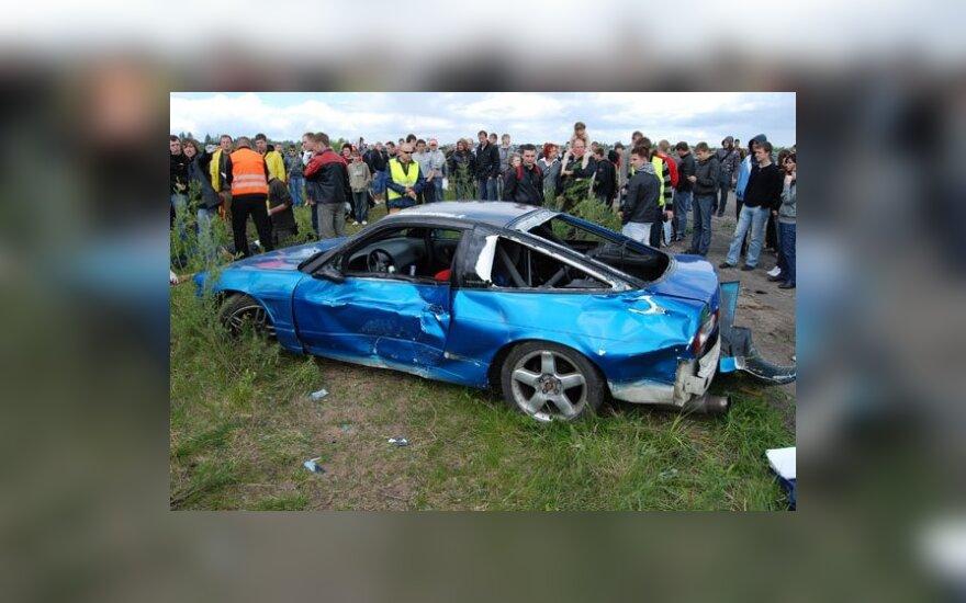"""Kėdainiuose per """"driftingo"""" varžybas automobilis rėžėsi į žiūrovus"""