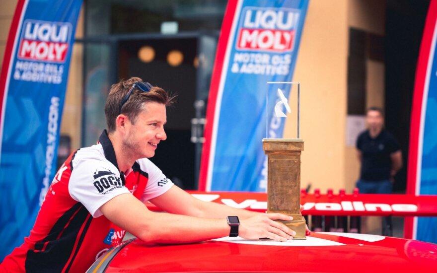 1006 km lenktynių nugalėtojai trofėjinę taurę grąžino tik tam, kad vėl ją iškovotų