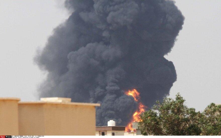 Gaisras plinta liepsnojančioje Tripolio degalų saugykloje