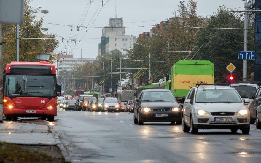 Papildoma eismo juosta vienoje judriausių Kauno sankryžų sumažino transporto spūstis