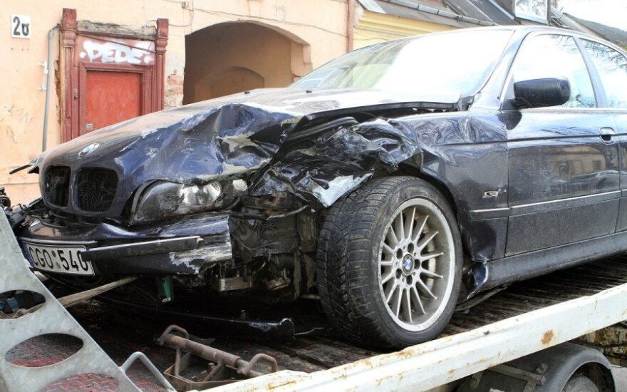 """Kaune moters """"VW Golf"""" susidūrė su BMW, per avariją prie sienos prispaustas pėsčiasis"""