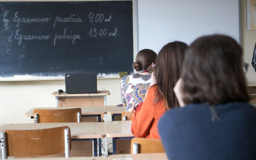 Skelbia paskutinius egzaminų rezultatus: matematikos pasiekimai toliau stebina