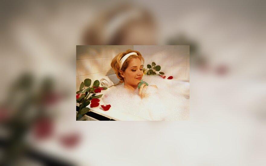 Moteris vonioje