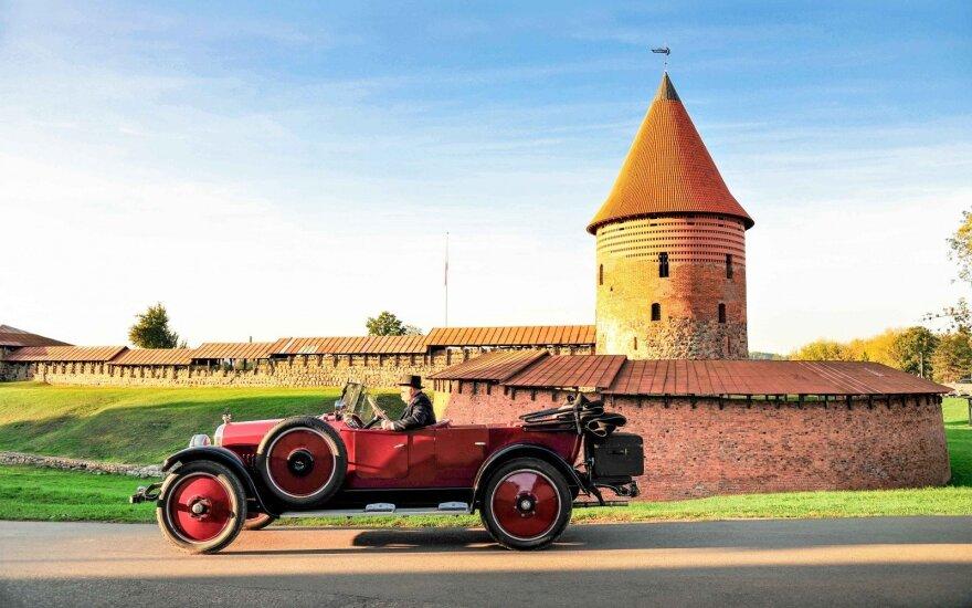Klasikinių automobilių gerbėjai išleido kalendorių