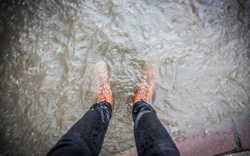 Lietus išaugina guminių batų ir apsiaustų pardavimus