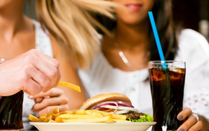 Merginos pietauja