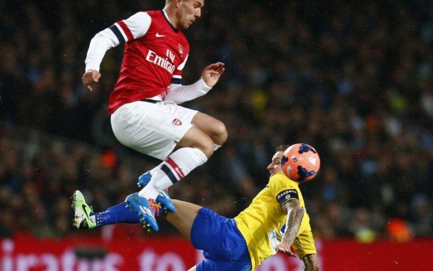 Lukas Podolski veržiasi pro varžovą
