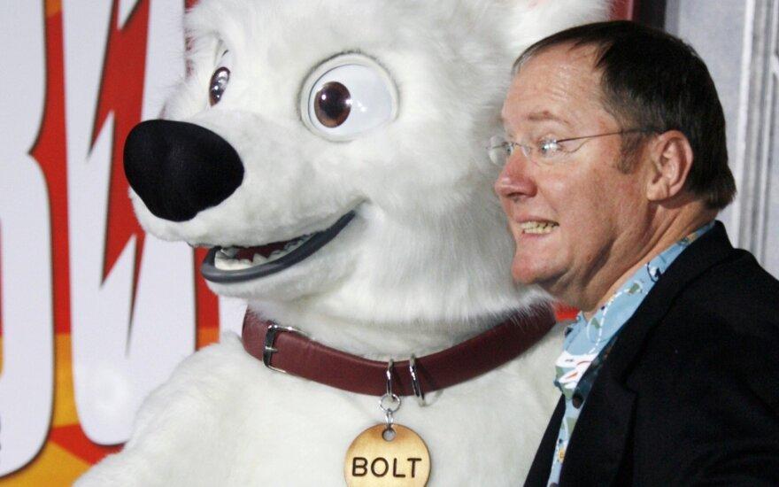 """Walto Disney ir """"Pixar"""" animacijos studijų kūrybos vadovas Johnas Lasseteris ir pagrindinis personažas pristato naująjį filmą """"Boltas"""""""